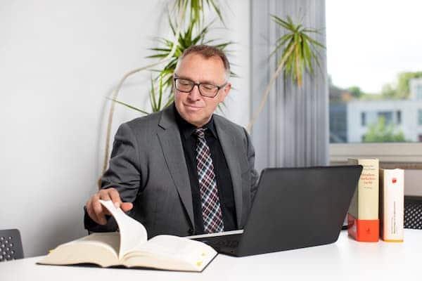 Umfassende Betreuung der Mandaten von Jürgen Schleimer in der Kanzlei Köln.